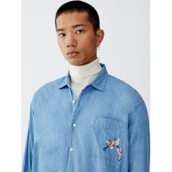 Koszula jeansowa z Różową Panterą. Czerwone koszule męskie jeansowe marki Pull&Bear, m, z motywem zwierzęcym, z długim rękawem. Za 99,90 zł.
