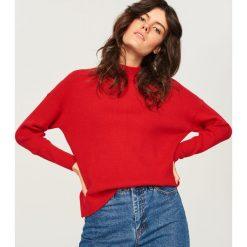 Sweter ze stójką - Czerwony. Czerwone swetry klasyczne damskie marki Reserved, l, ze stójką. Za 69,99 zł.