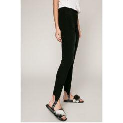 Guess Jeans - Jeansy Sceila. Czarne jeansy damskie marki Guess Jeans, z aplikacjami, z bawełny. W wyprzedaży za 449,90 zł.