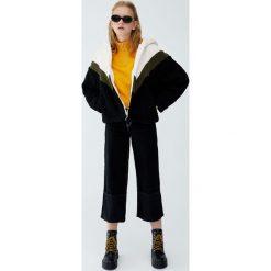 Bluza ze sztucznego futerka w sportowym stylu. Czarne bluzy damskie Pull&Bear. Za 159,00 zł.