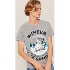 T-shirt z napisem Winter is coming - Szary. Czarne t-shirty męskie marki House, l, z nadrukiem. Za 39,99 zł.