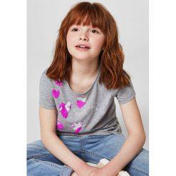 Mango Kids - Top dziecięcy Ariesc 110-164 cm. Szare bluzki dziewczęce bawełniane Mango Kids, z aplikacjami, z okrągłym kołnierzem, z krótkim rękawem. W wyprzedaży za 39,90 zł.