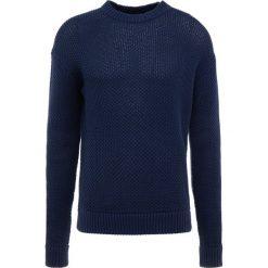 Swetry klasyczne męskie: Filippa K HONEYCOMB  Sweter naval