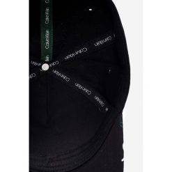 Calvin Klein - Czapka. Czarne czapki z daszkiem damskie marki Calvin Klein, z bawełny. Za 159,90 zł.