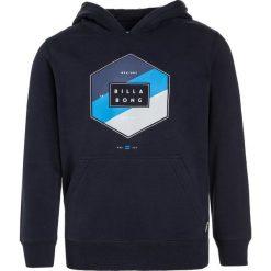 Billabong ACCESS HOOD Bluza z kapturem navy. Niebieskie bluzy chłopięce rozpinane marki Billabong, z bawełny, z kapturem. W wyprzedaży za 167,20 zł.