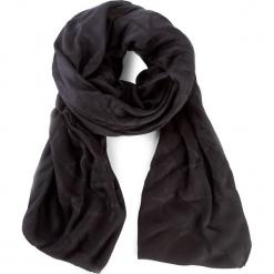 Chusta CALVIN KLEIN - Tina Sp Scarf Giftpack K60K603961 001. Czarne chusty damskie Calvin Klein, z materiału. W wyprzedaży za 219,00 zł.
