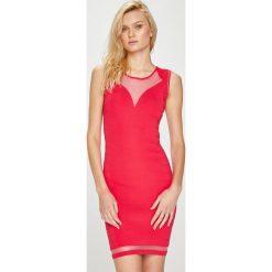Guess Jeans - Sukienka Baylee. Różowe sukienki dzianinowe marki numoco, l, z dekoltem w łódkę, oversize. Za 459,90 zł.