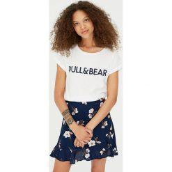 Koszulka z logo P&B. Białe t-shirty damskie Pull&Bear. Za 29,90 zł.