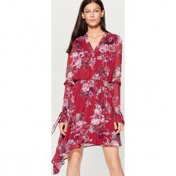 Szyfonowa sukienka z asymetrycznym dołem - Wielobarwn. Różowe sukienki asymetryczne marki numoco, l, z dekoltem w łódkę. Za 139,99 zł.