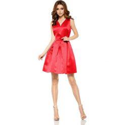 Czerwona Połyskliwa Wieczorowa Sukienka Szerokim Dołem. Czerwone sukienki balowe marki Molly.pl, na wesele, l, z tkaniny, dekolt w kształcie v, dopasowane. Za 159,90 zł.