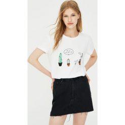 Bawełniana koszulka z kaktusami. Białe t-shirty damskie marki Pull&Bear, z bawełny. Za 24,90 zł.