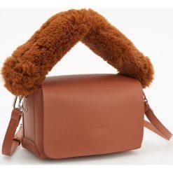 Torebka z futrzanym uchwytem - Pomarańczo. Brązowe torebki klasyczne damskie Reserved, z futra, futrzane. Za 99,99 zł.