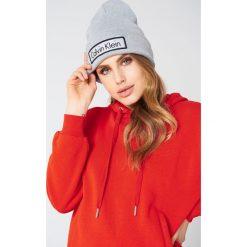 Calvin Klein Czapka Calvin Klein - Grey. Szare czapki zimowe damskie Calvin Klein, z dzianiny. W wyprzedaży za 101,48 zł.
