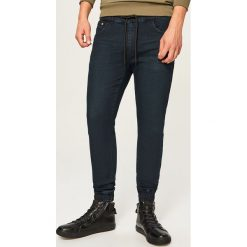 Jeansy jogger - Czarny. Czarne jeansy męskie Reserved. Za 129,99 zł.