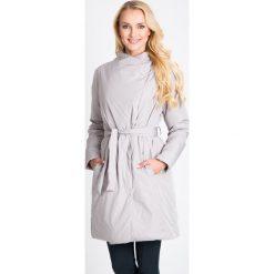 Jasnoszary wiązany płaszcz QUIOSQUE. Szare płaszcze damskie pastelowe QUIOSQUE, na jesień, w paski, z puchu, sportowe. W wyprzedaży za 279,99 zł.