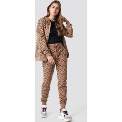 Spodnie z wysokim stanem: NA-KD Spodnie dresowe All Over Branded - Beige