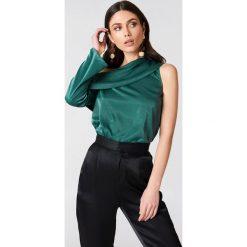 Bluzki damskie: Hannalicious x NA-KD Satynowa bluzka na jedno ramię – Green
