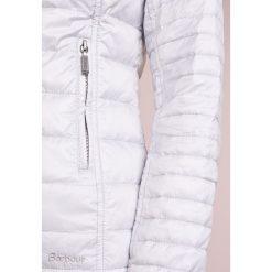 Barbour IONA Kurtka przejściowa ice white. Białe kurtki damskie Barbour, z materiału. W wyprzedaży za 486,85 zł.
