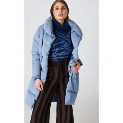 NA-KD Watowana kurtka z szalowym kołnierzem - Blue. Niebieskie kurtki damskie marki NA-KD, z satyny. Za 404,95 zł.