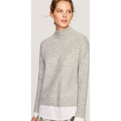 Sweter z koszulową wstawką - Jasny szar. Szare swetry klasyczne damskie Reserved, l, z koszulowym kołnierzykiem. Za 99,99 zł.