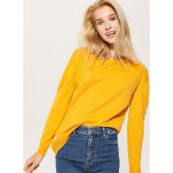 Swetry klasyczne damskie: Sweter z asymetrycznym dołem – Żółty