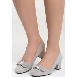 Szare Czółenka Dangerous Night. Szare buty ślubne damskie Born2be, z aplikacjami, ze skóry, z okrągłym noskiem, na niskim obcasie, na słupku. Za 79,99 zł.