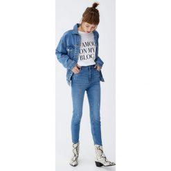 Jeansy capri z wysokim stanem. Niebieskie jeansy damskie marki Pull&Bear. Za 79,90 zł.