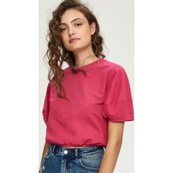 T-shirty damskie: Dzianinowy t-shirt z bufiastymi rękawami - Różowy