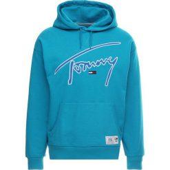 Tommy Jeans SIGNATURE HOODY Bluza z kapturem enamel blue. Zielone bluzy męskie rozpinane Tommy Jeans, m, z bawełny, z kapturem. Za 419,00 zł.