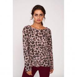 Koszulka w kolorze różowym ze wzorem. Czerwone bluzki nietoperze marki Dioxide, s, z motywem zwierzęcym, z dekoltem w łódkę, z długim rękawem. W wyprzedaży za 89,95 zł.