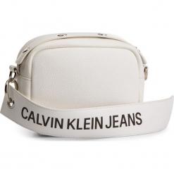 Torebka CALVIN KLEIN JEANS - Logo Banner Camera Bag K40K400807 102. Białe listonoszki damskie Calvin Klein Jeans, z jeansu. Za 299,00 zł.