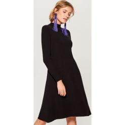Sukienka z golfem - Czarny. Czarne sukienki z falbanami marki Molly.pl, na jesień, uniwersalny, z wełny, z golfem, dopasowane. Za 119,99 zł.