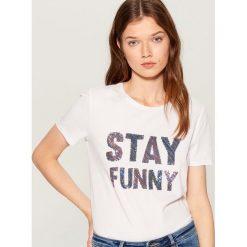 Koszulka z cekinowym napisem - Biały. Czarne t-shirty damskie marki One Piece, s, z nadrukiem, z dekoltem w łódkę. Za 49,99 zł.