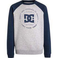 DC Shoes REBUILT CREW RAGLAN BOY Bluza heather grey. Szare bluzy chłopięce marki DC Shoes, z bawełny. W wyprzedaży za 167,20 zł.
