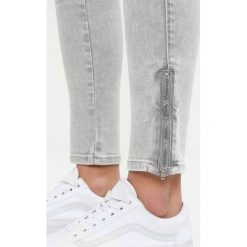 Rurki damskie: Tommy Jeans MID RISE SKINNY NORA 7/8 ZIP Jeans Skinny Fit edgy light grey