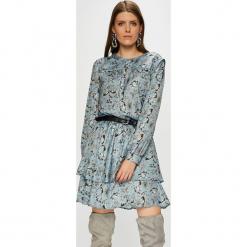 Silvian Heach - Sukienka. Szare sukienki balowe marki Silvian Heach, na co dzień, l, z poliesteru, z włoskim kołnierzykiem, mini, rozkloszowane. Za 599,90 zł.