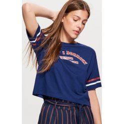 Krótka koszulka z napisem - Granatowy. Niebieskie t-shirty damskie marki Cropp, l, z napisami. Za 29,99 zł.
