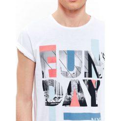T-SHIRT MĘSKI Z NADRUKIEM. Szare t-shirty męskie z nadrukiem Top Secret, na lato, m, z bawełny, z klasycznym kołnierzykiem. Za 19,99 zł.