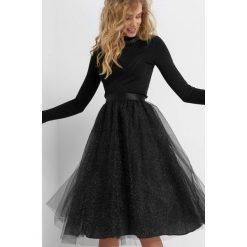Tiulowa spódnica z brokatem. Czarne spódniczki rozkloszowane Orsay, z nylonu, z podwyższonym stanem, midi. Za 89,99 zł.