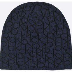 Calvin Klein Jeans - Czapka + szalik. Czarne czapki zimowe męskie Calvin Klein Jeans, na zimę, z nadrukiem, z dzianiny. W wyprzedaży za 199,90 zł.