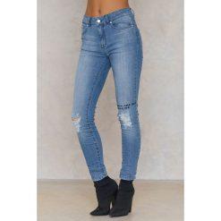 IVY Jeansy z rozdarciami Daria - Blue. Czarne jeansy damskie marki IVY, z denimu. W wyprzedaży za 161,98 zł.