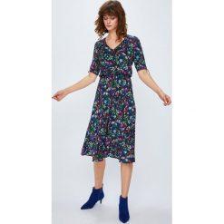 Medicine - Sukienka Secret Garden. Szare sukienki mini MEDICINE, na co dzień, s, z materiału, casualowe, z krótkim rękawem, proste. W wyprzedaży za 89,90 zł.