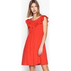Sukienki hiszpanki: Gładka krótka sukienka rozszerzana z falbanami