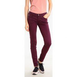 Le Temps Des Cerises Jeansy Slim Fit purple rain. Czerwone jeansy damskie Le Temps Des Cerises. W wyprzedaży za 149,50 zł.