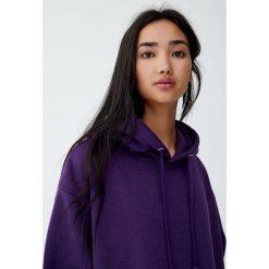 Luźna bluza z kapturem. Fioletowe bluzy z kapturem damskie Pull&Bear. Za 89,90 zł.