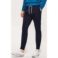 Spodnie męskie: Materiałowe spodnie typu jogger – Granatowy