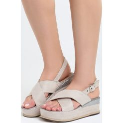 Beżowe Sandały Halfway To Paradise. Brązowe sandały damskie marki Born2be, z materiału, na koturnie. Za 69,99 zł.