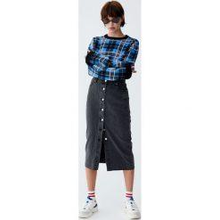 Jeansowa spódnica midi z guzikami z przodu. Niebieskie spódniczki jeansowe Pull&Bear, midi. Za 99,90 zł.