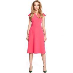 Różowa Sukienka Koktajlowa Midi z Zaznaczoną Talią. Czerwone sukienki balowe marki Molly.pl, do pracy, l, z tkaniny, dekolt w kształcie v, midi, dopasowane. Za 109,90 zł.