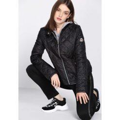 Czarna Kurtka Undefeated. Czarne kurtki damskie pikowane marki Born2be, l, z aplikacjami. Za 69,99 zł.